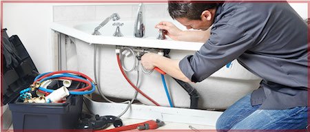 Professional Houston plumber fixes a bathtub faucet leak.